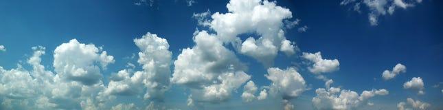 Panorama con un cielo nuvoloso Fotografie Stock Libere da Diritti