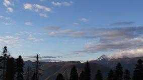 Panorama coronado de nieve de las montañas almacen de metraje de vídeo
