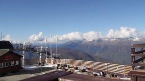 Panorama coronado de nieve de las montañas metrajes