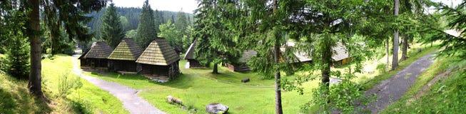 Panorama cosido - casas tradicionales de la madera Fotos de archivo