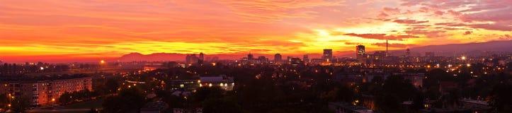 Panorama cosido de una puesta del sol sobre Zagreb, Croatia foto de archivo libre de regalías