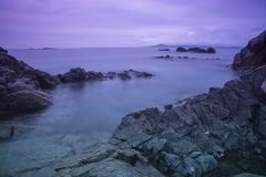Panorama - costa de mar no por do sol/alvorecer e nas rochas fotos de stock