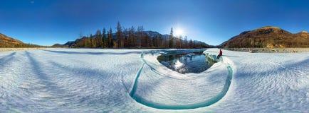 Panorama cylindrique d'un homme sur la rivière de fonte de glace Photo libre de droits