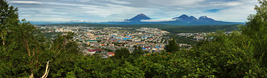 Panorama d'été de Petropavlovsk-Kamchatsky sur le volcan de groupe d'Avachinskaya de fond Vue des collines de Mishennaya photographie stock libre de droits
