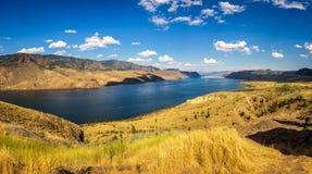 Panorama d'été du lac Kamloops dans le Canada Images libres de droits