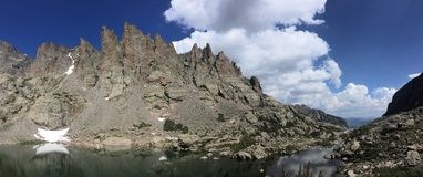 Panorama d'étang de ciel en Rocky Mountain National Park Photographie stock libre de droits