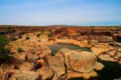 Panorama d'étang rocheux sur le plateau Mauritanie d'Adrar Photographie stock libre de droits