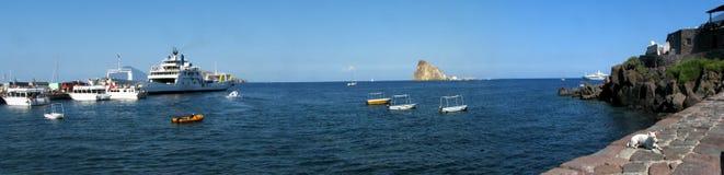 Panorama d'île de Panarea et x28 ; harbor& x29 ; - Messine - la Sicile - l'Italie Photographie stock libre de droits