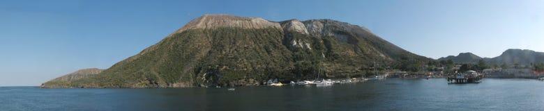 Panorama d'île de Vulcano et x28 ; harbor& x29 ; - Messine - la Sicile - l'Italie Photos libres de droits
