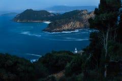 Panorama d'îles de Cies la nuit avec le phare Images stock