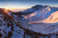 Panorama d'altezza della catena montuosa di Tatras di inverno con molti picchi e chiaro cielo da Belian Tatras Giorno soleggiato  immagine stock libera da diritti
