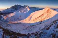 Panorama d'altezza della catena montuosa di Tatras di inverno con molti picchi e chiaro cielo da Belian Tatras Giorno soleggiato  fotografia stock libera da diritti