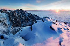 Panorama d'altezza della catena montuosa di Tatras di inverno con molti picchi e chiaro cielo Giorno soleggiato sopra le montagne immagine stock