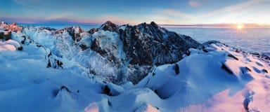 Panorama d'altezza della catena montuosa di Tatras di inverno con molti picchi e chiaro cielo Giorno soleggiato sopra le montagne fotografia stock