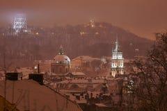 Panorama d'altitude de nuit de Lviv Image stock