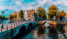 Panorama d'Amsterdam Ponts célèbres d'und de canaux à la lumière chaude d'après-midi netherlands photographie stock