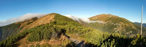 Panorama d'arête de montagne d'automne sous le ciel bleu photographie stock libre de droits