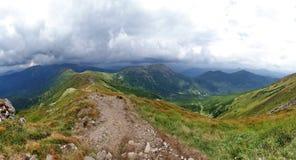 Panorama d'arête de montagne du chemin fonctionnant le long du dessus Photographie stock libre de droits