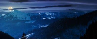 Panorama d'arête et de collines de montagne la nuit photographie stock