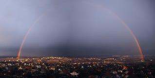 Panorama d'arc-en-ciel au-dessus de la ville Kharkov après la pluie pour Photos stock