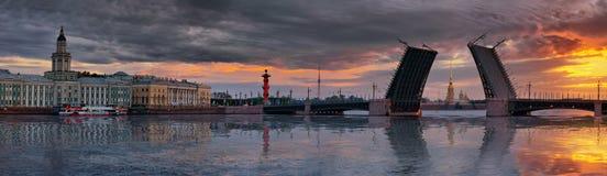 Panorama d'aube au-dessus de la rivière de Neva et du pont de palais à St Petersburg photo stock