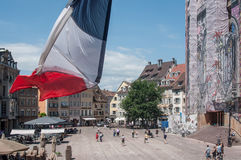 Panorama d'endroit principal avec le plan rapproché du drapeau sur le balcon d'hôtel de ville Image libre de droits