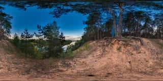 panorama 3D esférico com ângulo de visão 360 Apronte para a realidade virtual ou o VR Por do sol no banco do rio Floresta do pinh Fotos de Stock