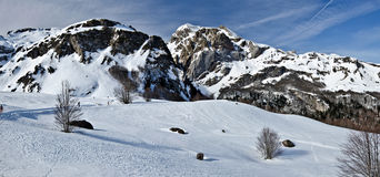 Panorama d'hiver de Pyrénées à la station de sports d'hiver transnationale de Somport Photographie stock libre de droits