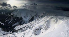 Panorama d'hiver des montagnes de Karkonosze, montagne de Sniezka. Photographie stock libre de droits