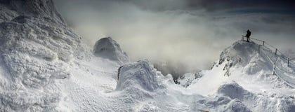 Panorama d'hiver des montagnes de Karkonosze, montagne de Sniezka. Photo stock