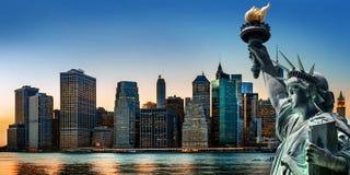 Panorama d'horizon de New York City avec la statue de la liberté Photographie stock libre de droits