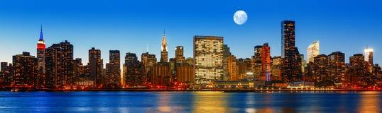 Panorama d'horizon de New York City de fin de soirée Images stock