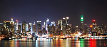 Panorama d'horizon de nuit de New York City Images stock