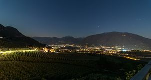 Panorama d'horizon de nuit des vignobles et de la vallée Burggrafenamt, terre de Meraner, province Bolzano, sud de Scena de secte photo stock
