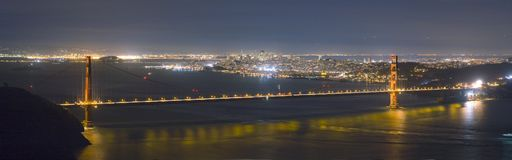 Panorama d'horizon de pont et de San Francisco en porte d'or la nuit Photos stock