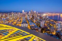 Panorama d'horizon de Seattle au coucher du soleil Photo stock