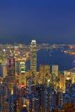 Panorama d'horizon de ville de Hong Kong la nuit avec Victoria Harbor Photographie stock
