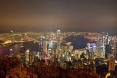 Panorama d'horizon de ville de Hong Kong la nuit avec Victoria Harbor Photos libres de droits