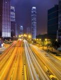 Panorama d'horizon de ville de Hong Kong la nuit avec Victoria Harbor Images stock