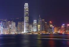 Panorama d'horizon de ville de Hong Kong la nuit avec Victoria Harbor Photo libre de droits