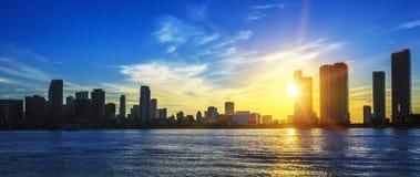 Panorama d'horizon de ville de Miami au crépuscule Photos libres de droits