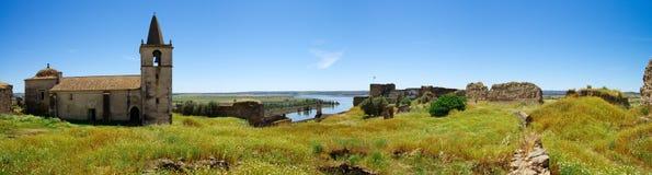 Panorama d'intérieur de forteresse de Juromenha au-dessus de rivière du Guadiana Photographie stock