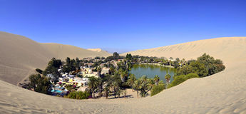 Panorama d'oasis de Huacachina près d'AIC Pérou Photos stock