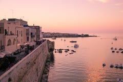 Panorama d'Otranto au coucher du soleil Photographie stock libre de droits