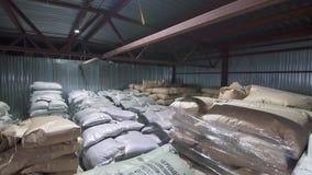 Panorama d'un entrepôt avec des sacs banque de vidéos