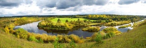 Panorama d'un paysage rural de bel automne avec une rivière Images libres de droits