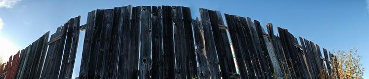 Panorama d'une barrière en bois fonctionnant dans l'infini images stock