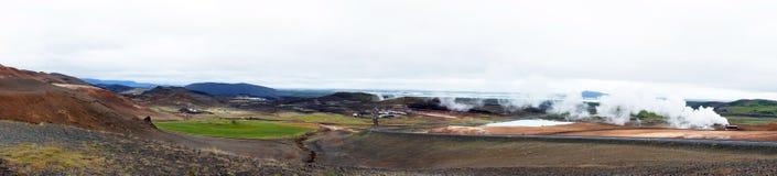 Panorama da água quente da mola geotérmica e do lago Myvatn foto de stock royalty free