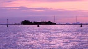 Panorama da área industrial perto do canal do mar no crepúsculo filme