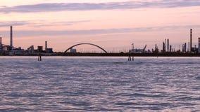 Panorama da área industrial perto do canal do mar no crepúsculo video estoque